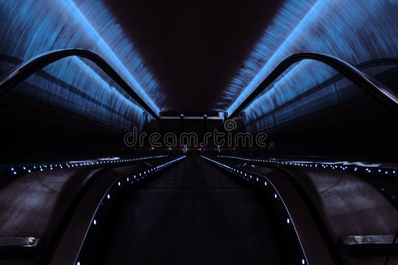 Das Glühen des Neons in die U-Bahn stockfoto