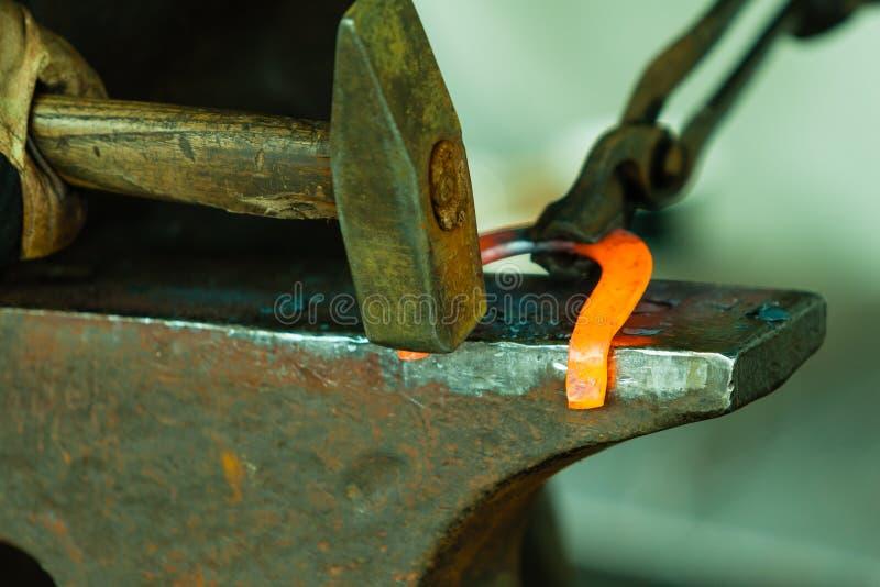 Das Glühen hämmern Stahl - zu Man muss das Eisen schmieden, solange es heiß ist stockfoto