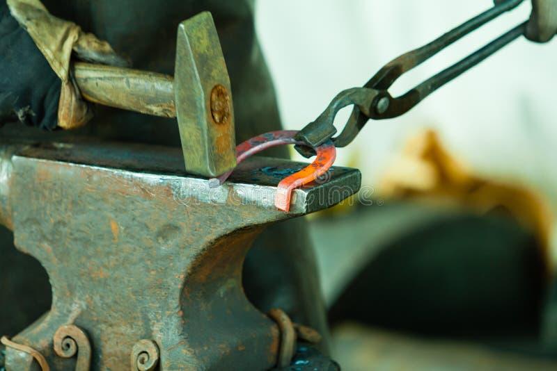 Das Glühen hämmern Stahl - zu Man muss das Eisen schmieden, solange es heiß ist lizenzfreie stockfotografie