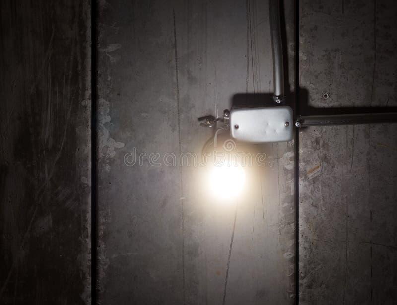 Das Glühen shinny helle Glühlampe auf alter Decke stockfotografie