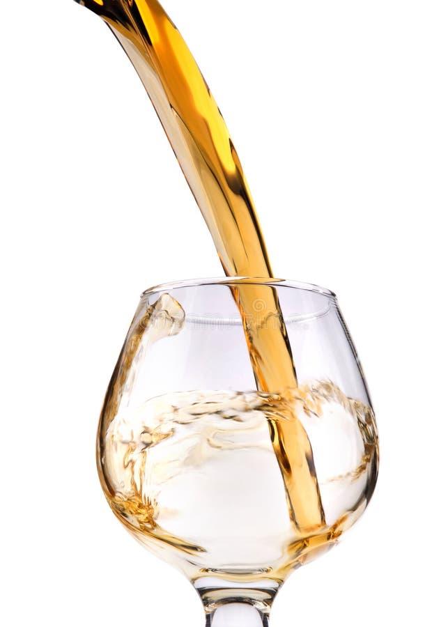 Das Glas mit spritzt Weinbrand lizenzfreie stockfotos
