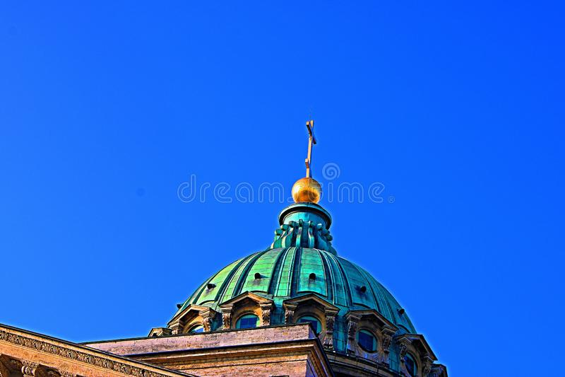 Das Golden Dome der Kathedrale gegen den blauen Himmel lizenzfreie stockbilder
