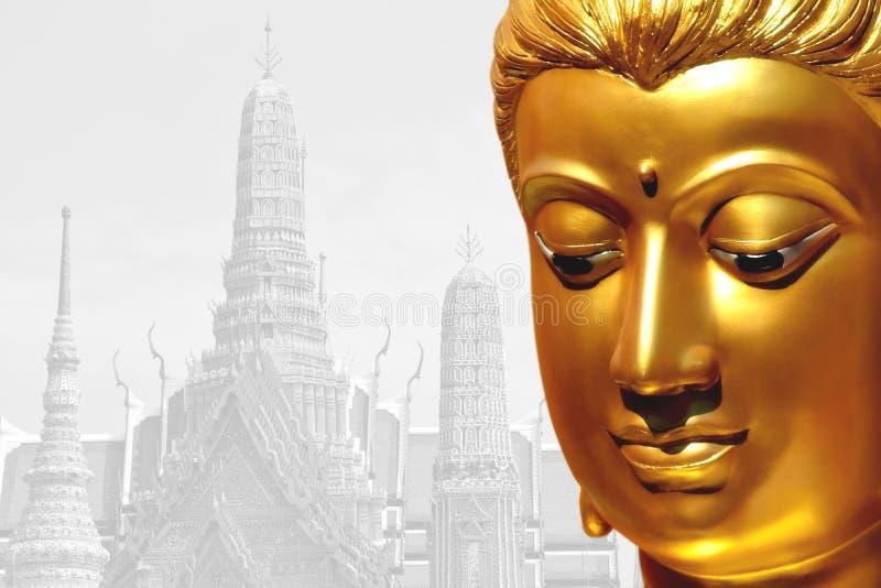 Das goldene Gesicht der alten Buddha-Statue mit Tempelhintergrund herein stockfotografie