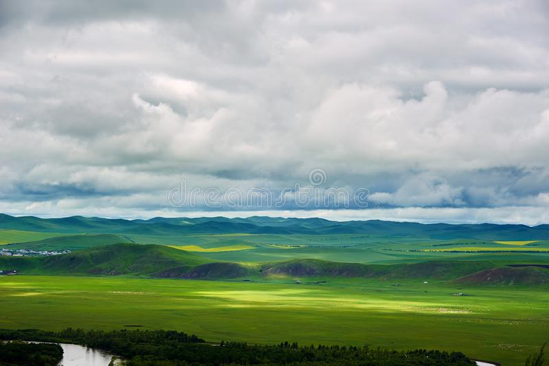 Das großartige cloudscape auf dem Argun-Sumpfgebiet stockfotografie