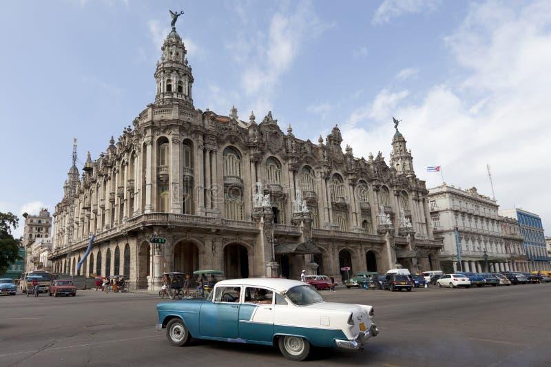 Das große Theater von Havana mit altem Auto lizenzfreie stockfotografie