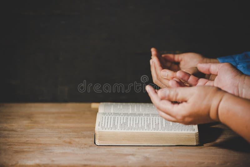 Das Gruppe von Personenen-H?ndchenhalten, das Anbetung betet, glaubt lizenzfreie stockbilder