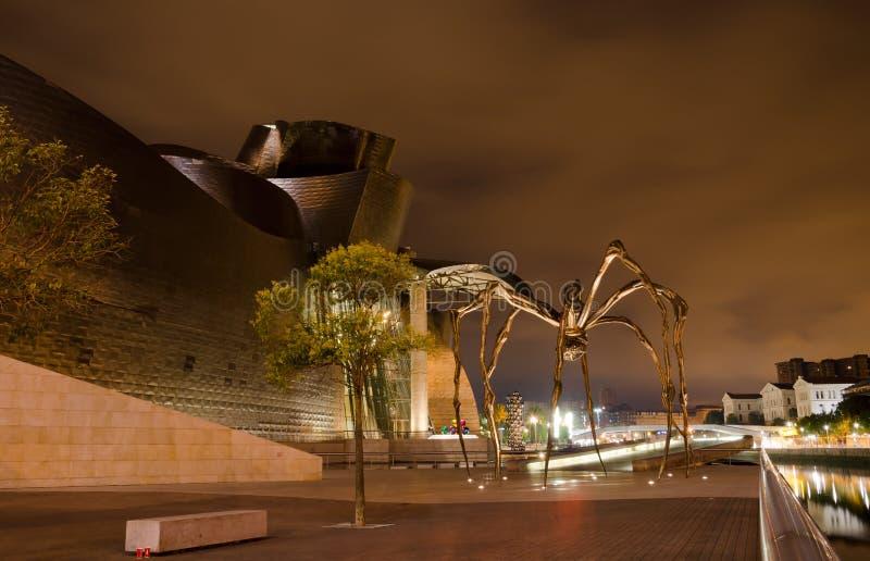 Das Guggenheim Bilbao und Maman bis zum Nacht lizenzfreie stockfotografie