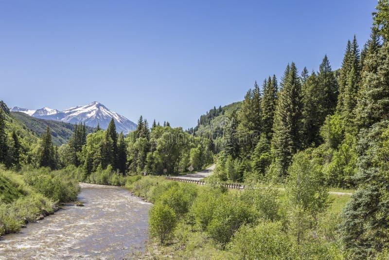 Das Gunnison-Flusslaufen parallel zu Landstraße 132 am Paonia-Nationalpark, Colorado stockfotos