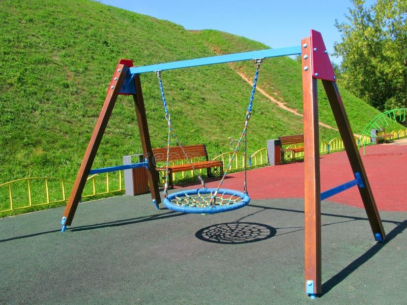 Das Hängen schwingt am Spielplatz der Kinder, modernes Design stockfotos