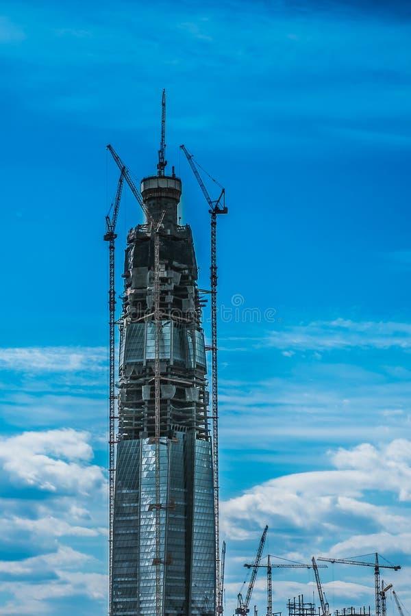 Das höchste Gebäude in Europa-Aufrichtung, Wolkenkratzer im Bau mit enormen Kränen auf der Baustelle stockfotos