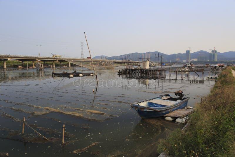 Das hölzerne Boot im Wasserdorf lizenzfreies stockfoto
