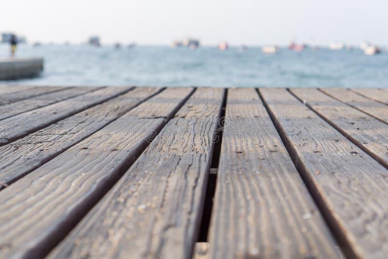 Das hölzerne Brett hat einen Hintergrund von Meer lizenzfreie stockbilder