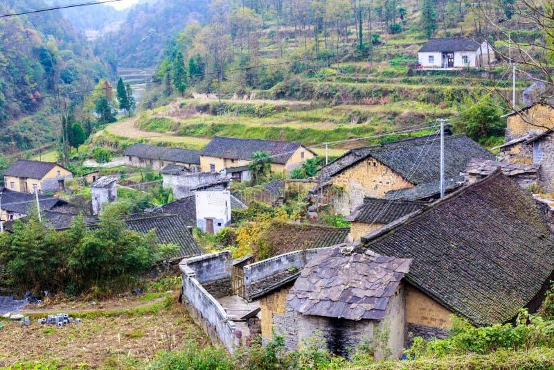 Das hölzerne Haus der chinesischen miao Nationalität stockbilder