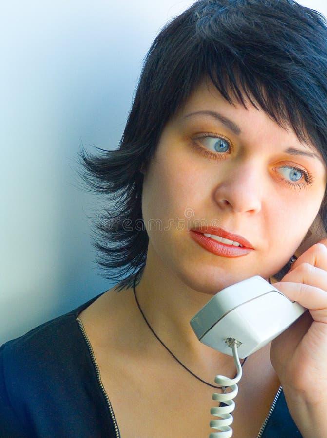 Das hübsche Mädchen mit Telefon lizenzfreies stockfoto