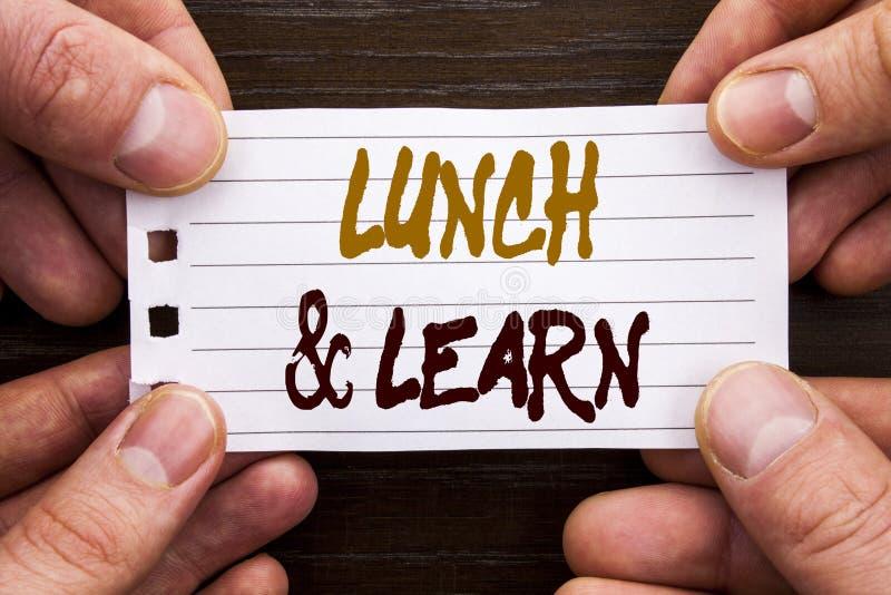 Das handgeschriebene Textzeichen, welches das Mittagessen zeigt und lernen Geschäftskonzept für den Darstellungs-Trainings-Brett- lizenzfreies stockbild