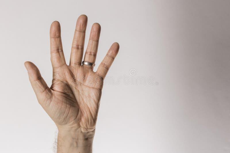Das Handzeichen des Mannes, die Nr. fünf zählend, lokalisiert auf weißem Hintergrund - Teil des Satzes stockbild