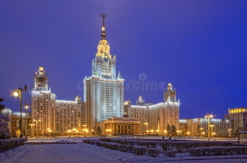 Das Hauptgebäude von Moskau-staatlicher Universität an einem Winterabend stockbilder