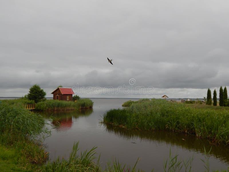 Das Haus auf dem See stockbild