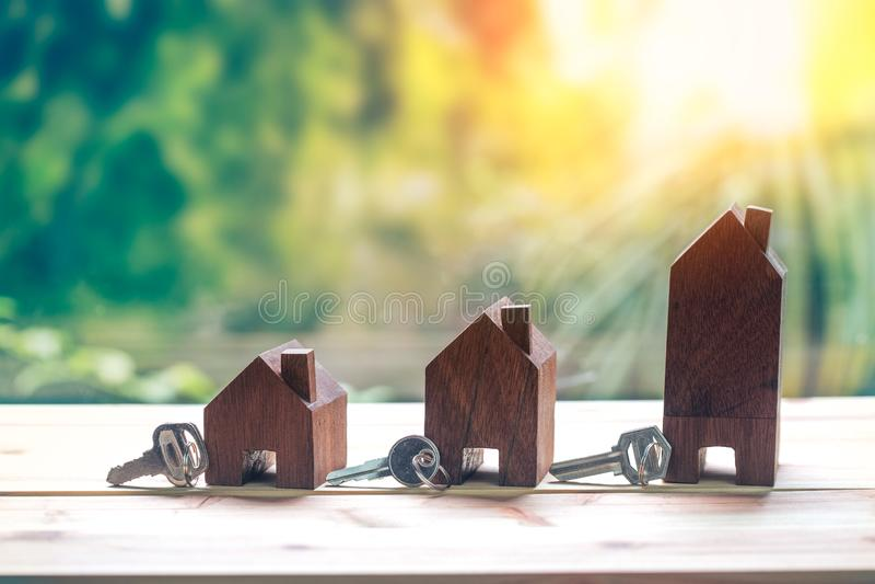 Das Haus, das auf Münzen Männer ` s Hand gesetzt wird, plant Einsparungensgeld von Münzen, um ein Haus zu kaufen lizenzfreies stockbild