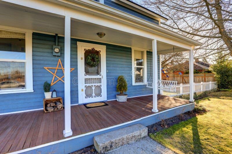 Das Haus, das mit klassischem Nordwestcharme außen ist, kennzeichnet blaues Abstellgleis stockfotos