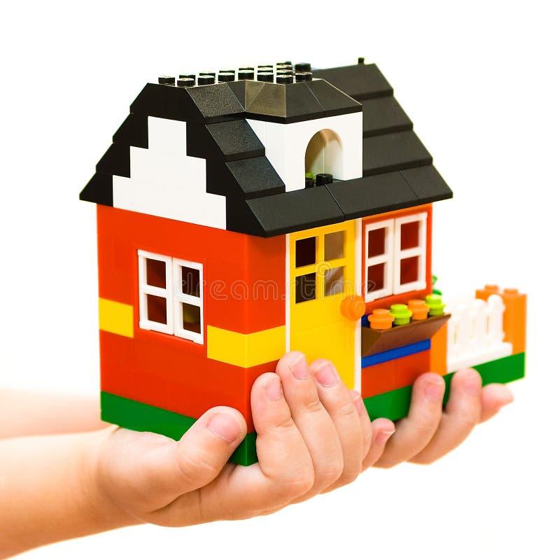 Das Haus in den menschlichen Händen stockfoto