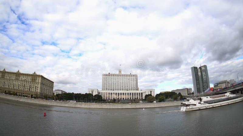 Das Haus der Regierung der Russischen Föderation (das Weiße Haus) und des Moskva-Flussdammes stock video