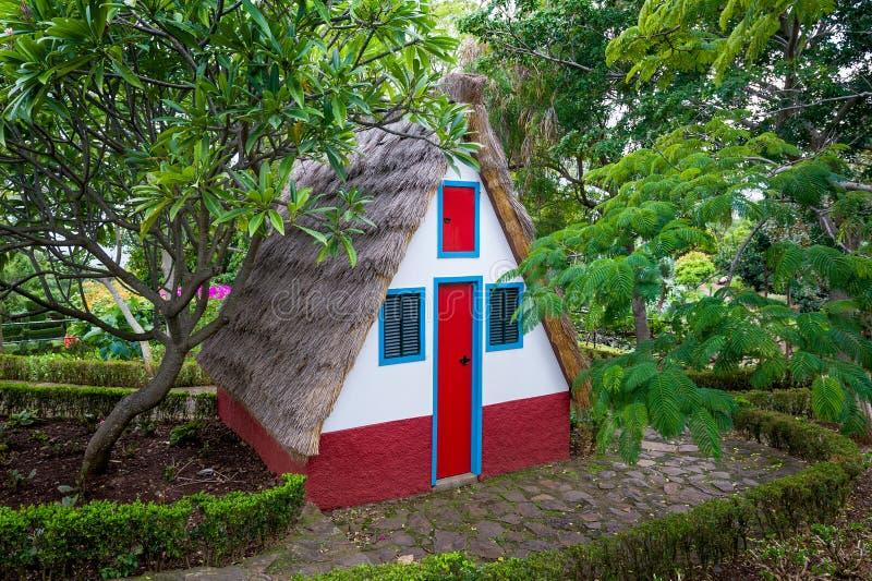 Das Haus des Trachtenmode-Madeira-Insellandwirts an botanischem Garten Funchals stockbilder