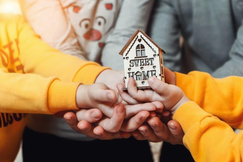 Das Haus ist in unseren Händen stockfotografie