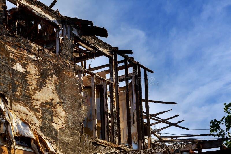 Das Haus nach einem Feuer zerteilt vom Haus, nachdem es burnning stockbild