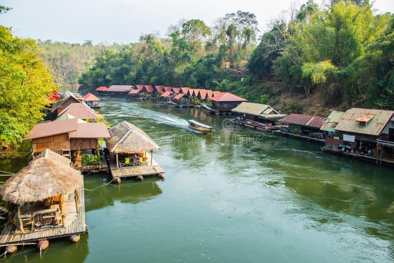 Das Hausboot und das sich hin- und herbewegende Restaurant an Sai Yok Yai-Wasserfall stockbilder