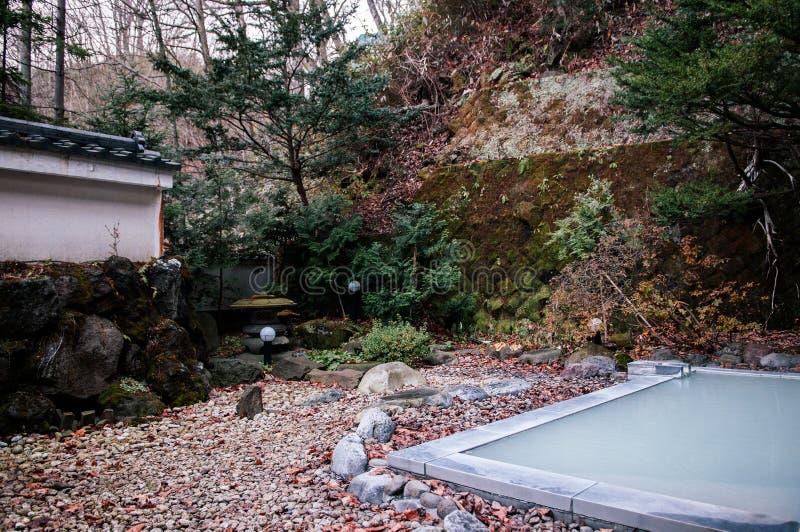 Das heiße Freilicht onsen Bad im japanischen Zengarten stockfotos