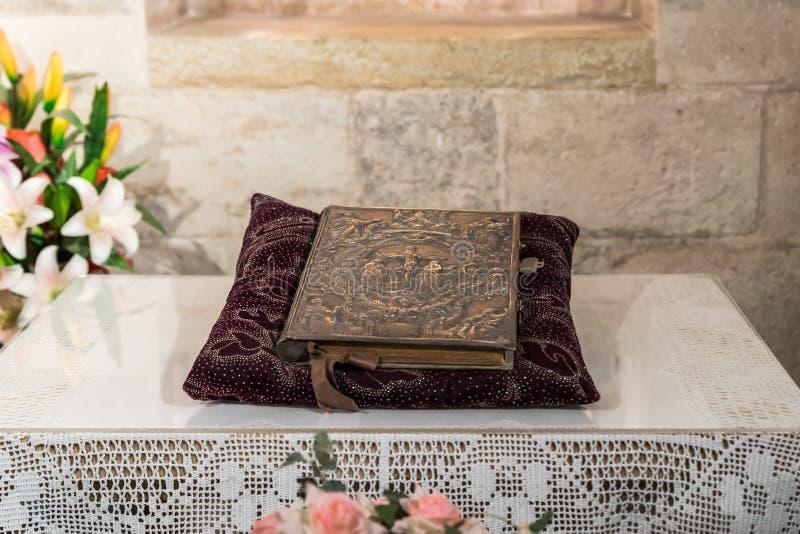 Das heilige Buch liegt auf einem Kissen im Gebetsraum in der Höhle in der Kirche von St Anne nahe Pools von Bethesda in der alten lizenzfreie stockfotografie