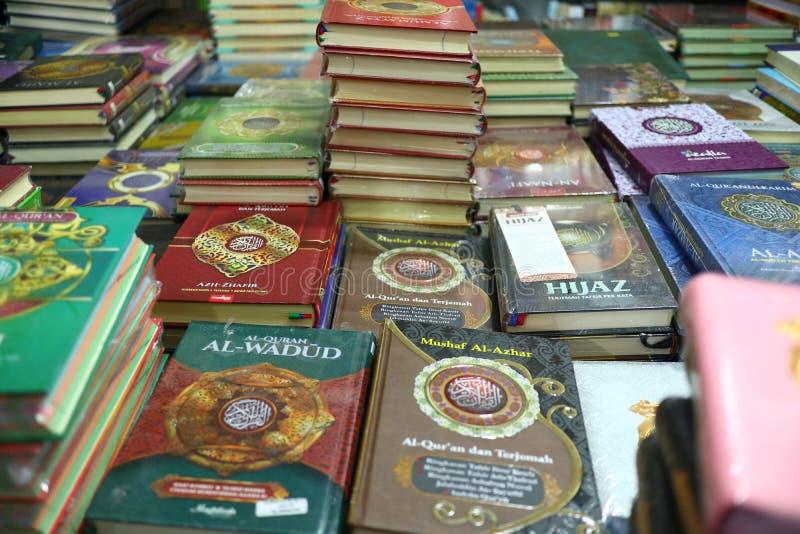 Das heilige Qur 'und verschiedene Islamisch-themenorientierte Bücher stockfotos