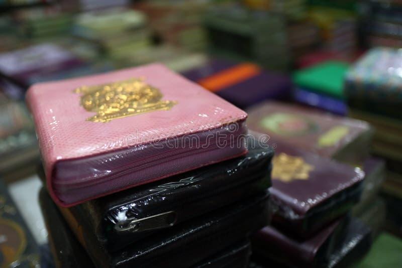 Das heilige Qur 'und verschiedene Islamisch-themenorientierte Bücher lizenzfreies stockfoto