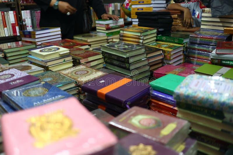 Das heilige Qur 'und verschiedene Islamisch-themenorientierte Bücher lizenzfreie stockfotos
