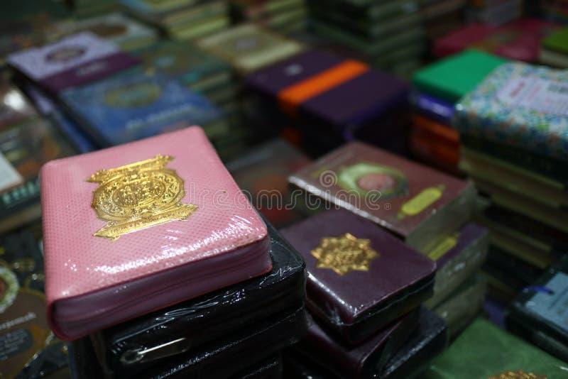 Das heilige Qur 'und verschiedene Islamisch-themenorientierte Bücher stockfotografie