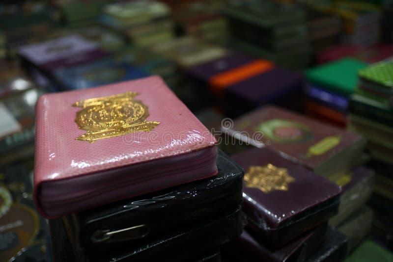 Das heilige Qur 'und verschiedene Islamisch-themenorientierte Bücher lizenzfreie stockbilder