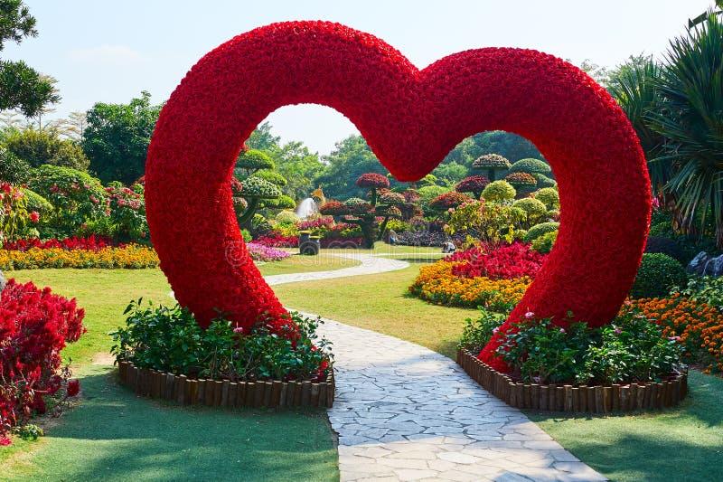 Das Herz-förmige im Garten stockbild