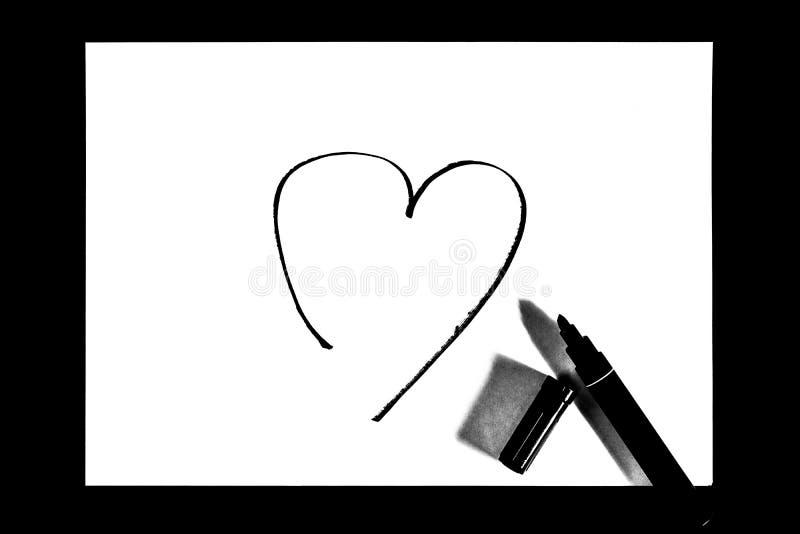 Das Herz wird mit Markierung, Schwarzweiss-Foto gemalt stockfoto