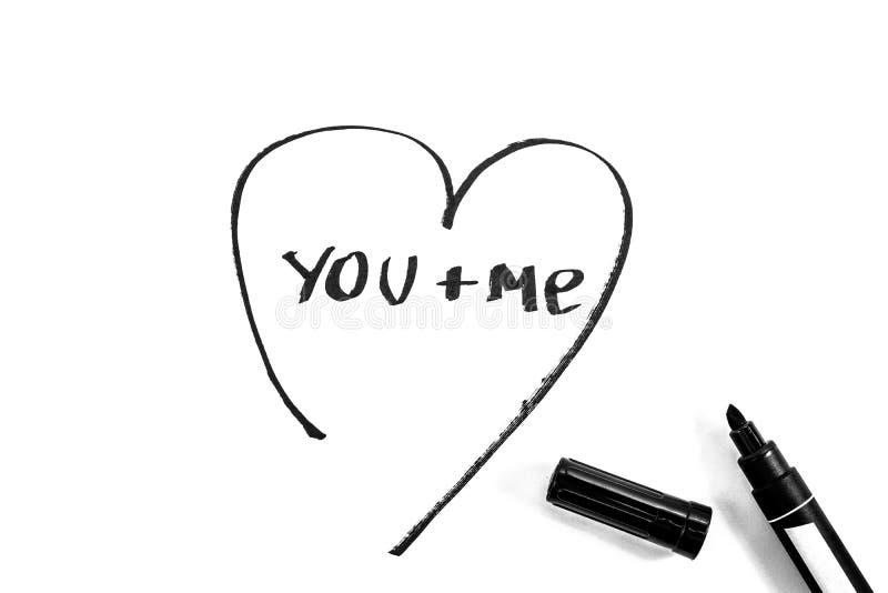 Das Herz wird mit Markierung, Schwarzweiss-Foto gemalt stockfotos