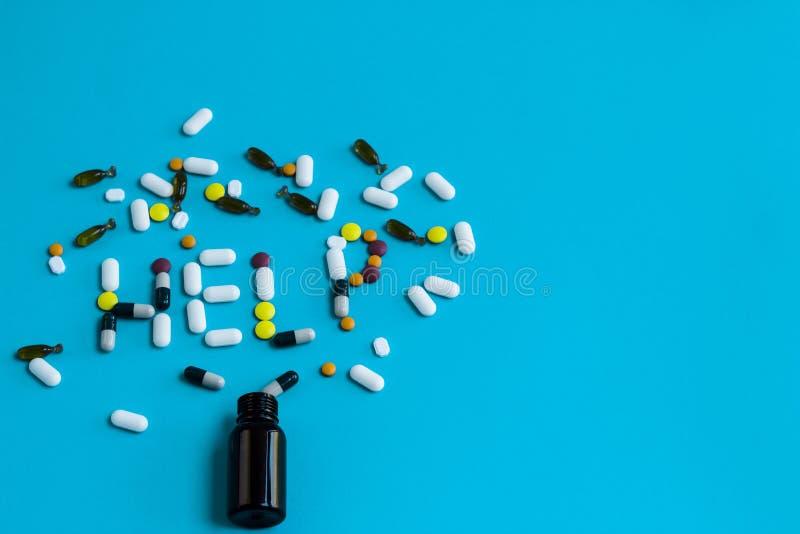 Das Hilfszeichen, das von den bunten Pillen gemacht wurde, lief eine Flasche über lizenzfreies stockfoto