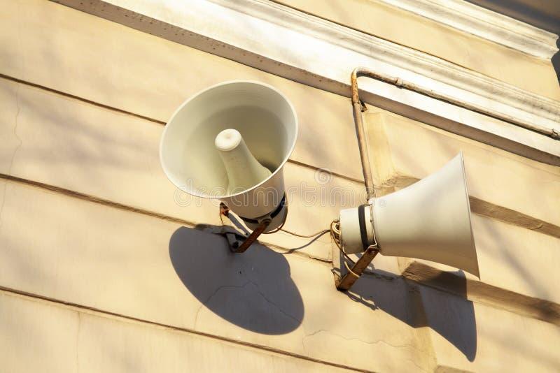 Das Horn hängt an der Wand lizenzfreies stockbild