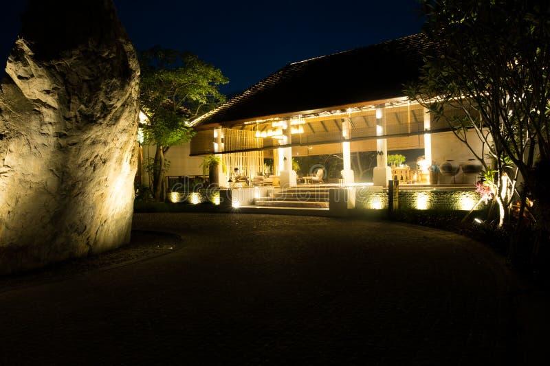 Das Hotelgebäude an Thailand-Erholungsort in der Nacht stockfoto