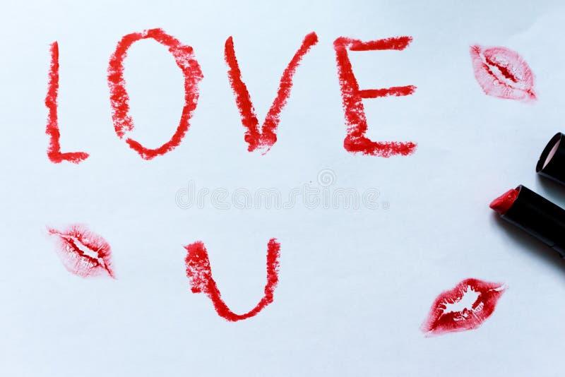 Das Impressum der weiblichen Lippen und die Wörter lieben u-Rotlippenstift stockfotos