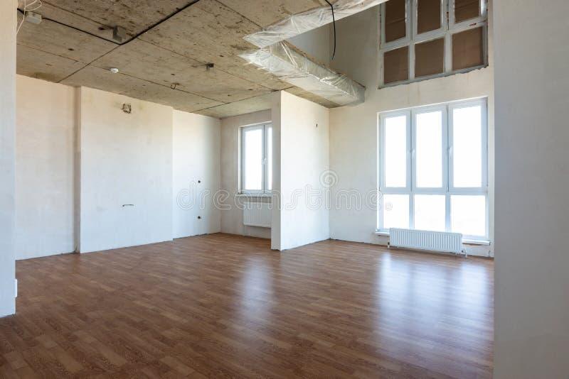 Das Innere der geräumigen Wohnung ohne Reparatur, mit Laminatboden lizenzfreies stockfoto