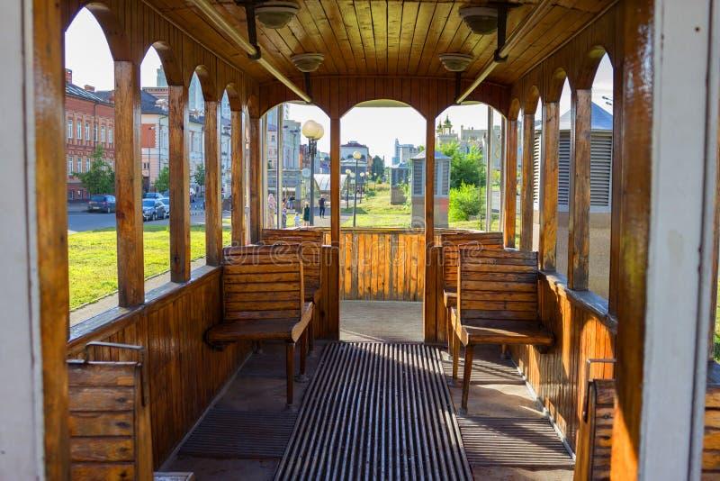Das Innere einer alten Tram stockfoto