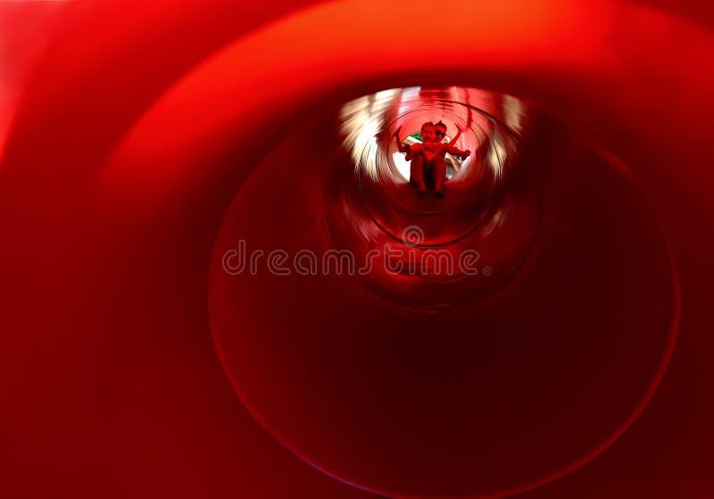Das Innere einer großen roten Rutsche stockbilder