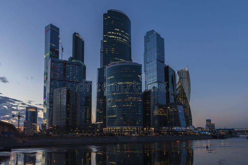 Das internationale Geschäftszentrum Moskaus Im Freien, Tag Wolkenkratzer abend lizenzfreie stockbilder