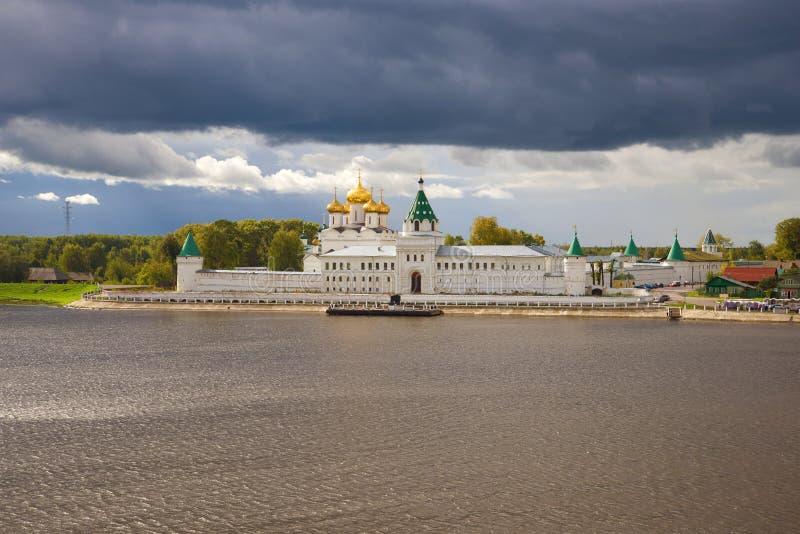 Das Ipatiev-Kloster der Heiligen Dreifaltigkeit belichtet durch die Sonne unter einem stürmischen Himmel Kostroma, Russland lizenzfreies stockbild