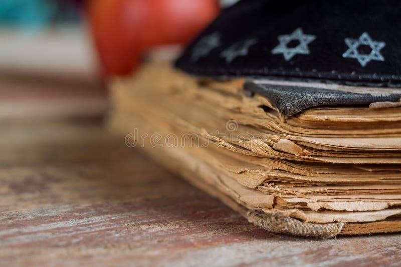Das jüdische hebräische Gebetsbuch auf Synagoge mit kippah lizenzfreies stockbild